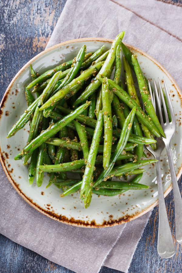 air fryer green beans on a plate